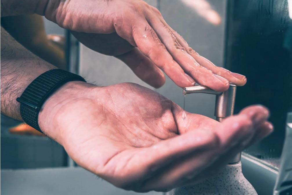 Pravidelné mytí rukou zabrání přenosu koronaviru